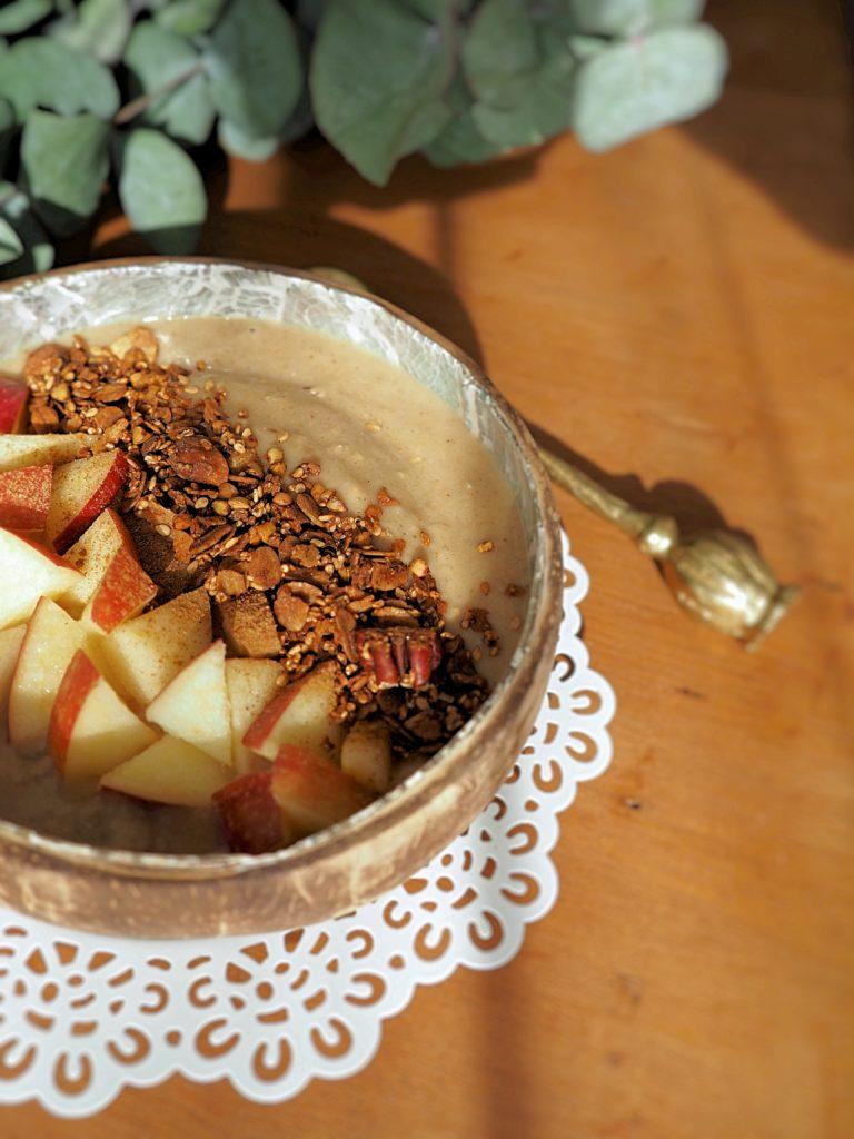 Mit dieser Apple Pie Smoothie Bowl zauberst du dir Omis liebster Apfelkuchen aus dem Mixer auf den Frühstückstisch - extra zimtig, fruchtig und cremig!