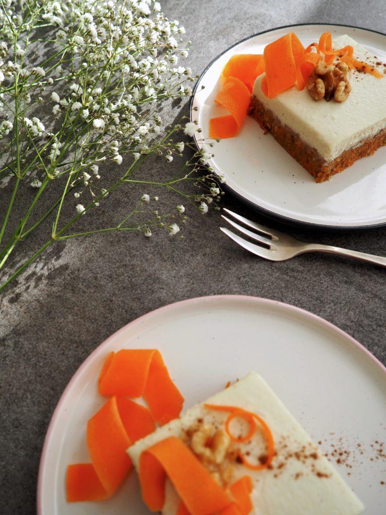 Karotten-, Möhren- oder Rüeblikuchen. Viele Namen für meinen geliebten Raw Carrot Cake mit saftigen Möhren, knackigen Nüsse, Gewürze und cremigen Topping.