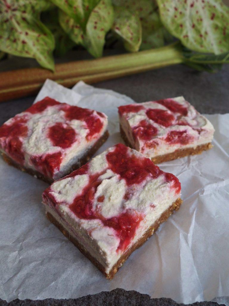 Erfrischender süß-säuerlicher Rhabarber Raw Cake mit veganem Cashew Cream Topping