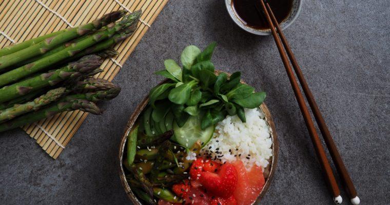 Sushi Bowl mit grünem Spargel und Erdbeeren