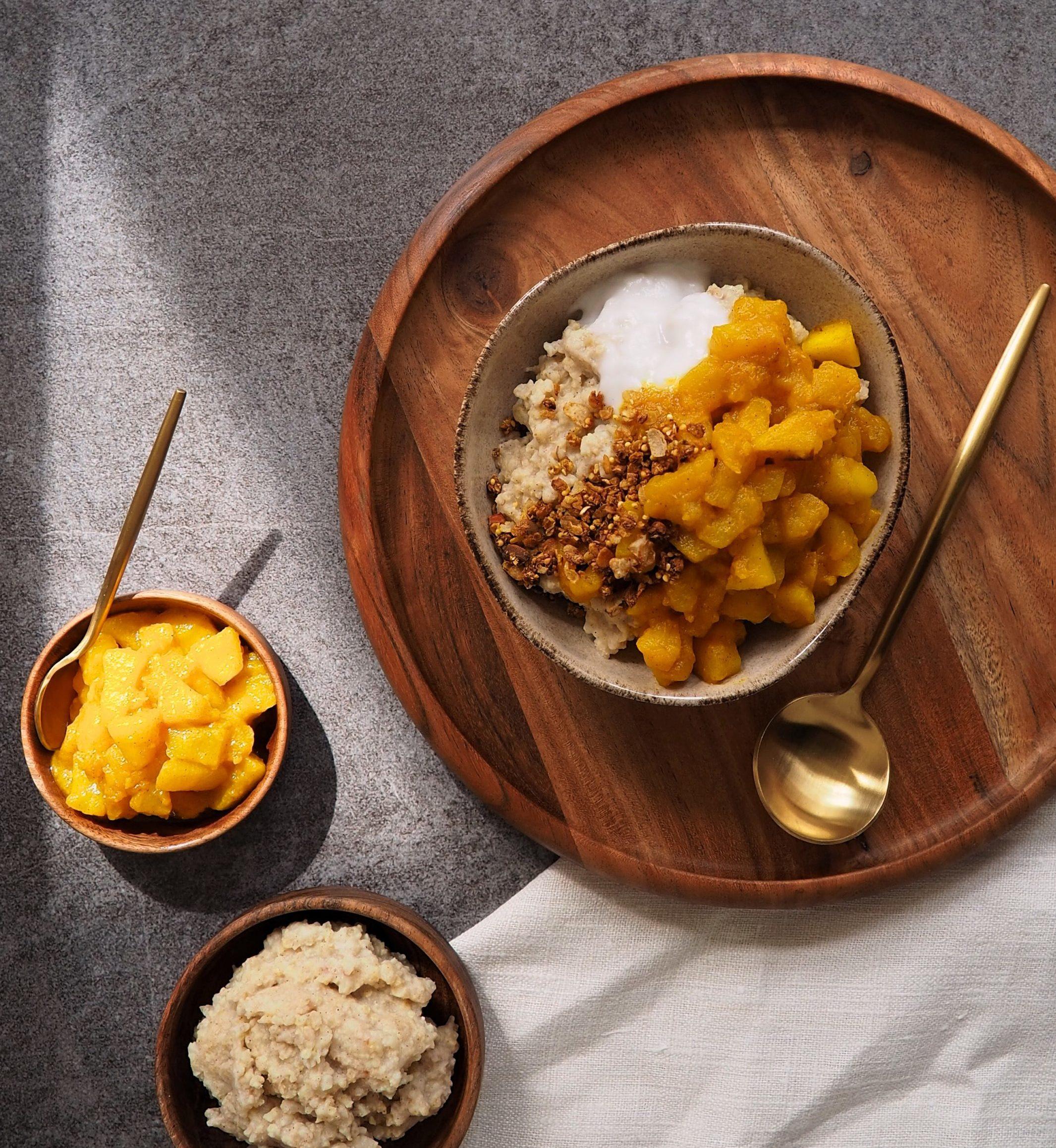 Hirse Porridge mit Kurkuma-Apfel-Birnen-Kompott
