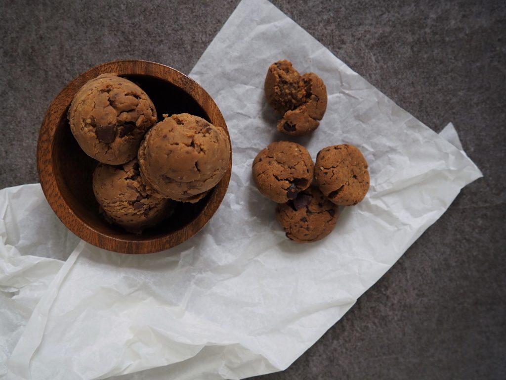 Bauchschmerzen vom Keksteig naschen? Nicht mit diesem Vegan Cookie Dough ganz ohne Ei, Butter, Backpulver und Mehl. Und dabei sogar eine gesunde Nascherei.