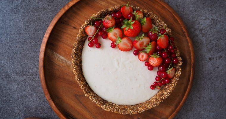 Vegane Erdbeer Tarte mit roten Johannisbeeren